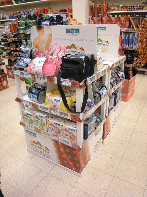 présentoir vertical - présentoir de sol avec étagères dans une GMS